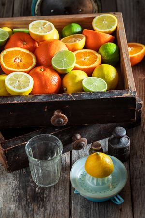 Fresh oranges, limes and lemons with on rustic table Stockfoto