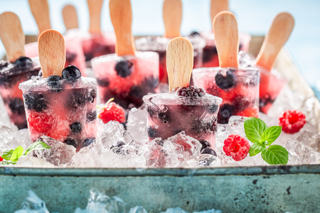 Juicy ice cream with berries on a stick Banque d'images - 117130920