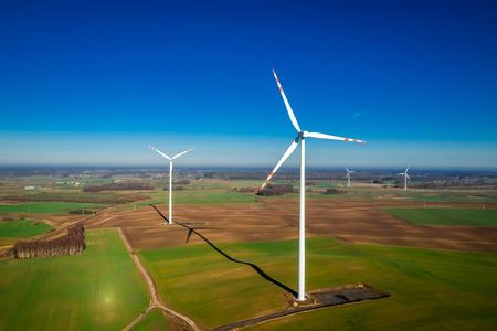 Widok z lotu ptaka na białe turbiny wiatrowe jako czysta energia Zdjęcie Seryjne