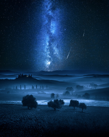 Voie lactée et étoiles filantes sur la vallée en Italie