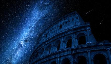 Vía Láctea sobre el Coliseo en Roma, Italia
