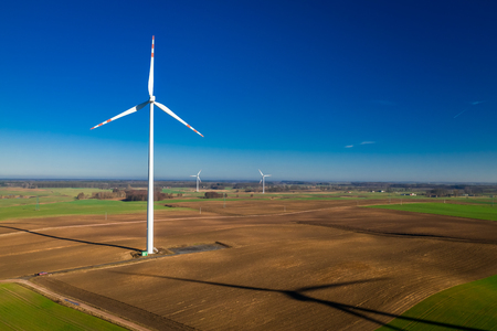 Fliegen über ökologischen Windkraftanlagen in einem Feld Standard-Bild
