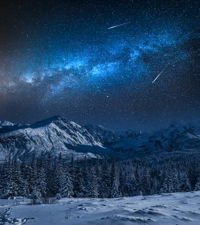 Vía Láctea sobre la montaña nevada en invierno, las montañas Tatras, Polonia