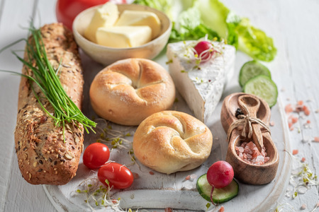 Homemade preparation for sandwich with cheese, tomato and radish Stockfoto