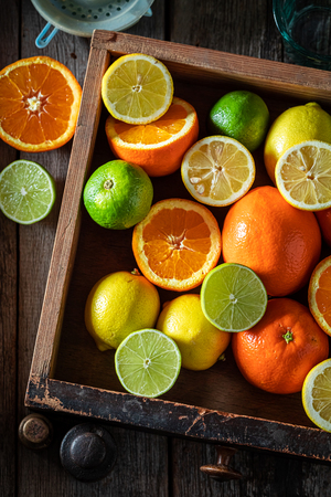 Sweet and helathy mix of citrus fruits on wooden table Stockfoto