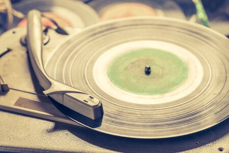 Old gramophone and old scratched vinyl records Imagens