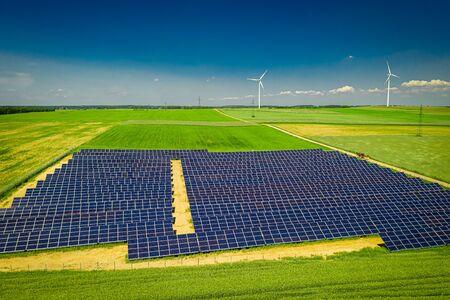 Atemberaubende Aussicht auf Sonnenkollektoren und Windkraftanlagen, Luftbild