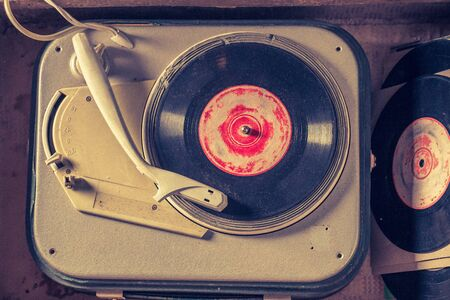 Top view of old gramophone with few black vinyl records Stok Fotoğraf - 126946276