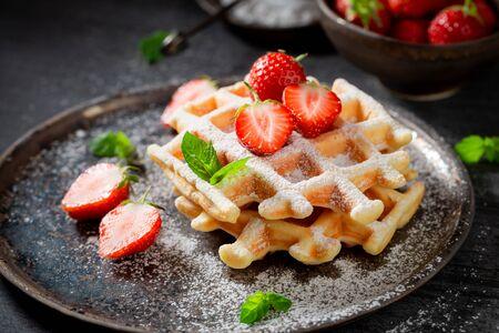 Gaufrettes fraîches aux fraises sucrées et à la menthe