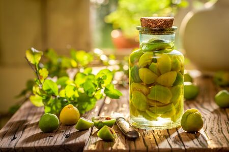 Sweet quince tincture made of fresh fruits and alcohol Zdjęcie Seryjne