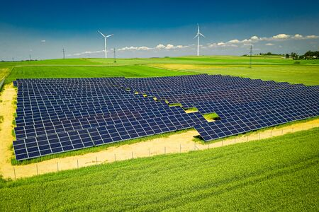 Herrliche Aussicht auf Sonnenkollektoren und Windkraftanlagen im Sommer