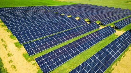 Impresionantes paneles solares en campo verde, vista aérea, Polonia Foto de archivo