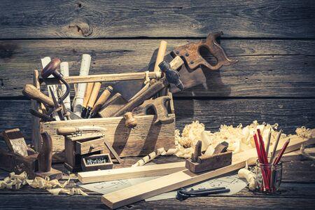 Vintage timmerman werktuigen op rustieke houten tafel Stockfoto