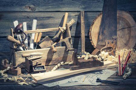 Holztischlerkiste mit Werkzeugen auf rustikalem Holztisch