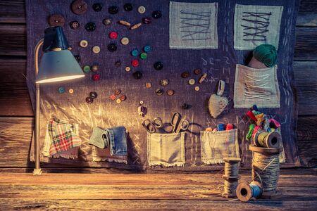 Szycie płótna z nici i guzików w warsztacie szwalniczym Zdjęcie Seryjne