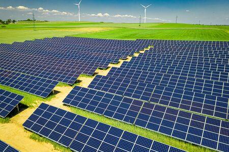 Increíbles paneles solares y turbinas eólicas en verano, Polonia