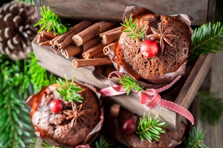 Sweet and homemade gingerbread muffins for Christmas in wooden box Zdjęcie Seryjne