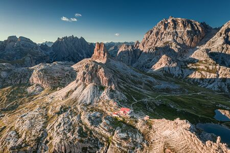 Luftaufnahme zur Dreizinnenhütte in Drei Zinnen, Dolomiten Standard-Bild