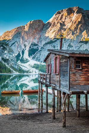 Atemberaubende alte Hütte und Pragser Wildsee bei Sonnenaufgang, Dolomiten Standard-Bild