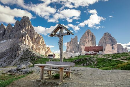 Little Christian cross, Tre Cime and Dreizinnen hut, Dolomites, Italy Stok Fotoğraf