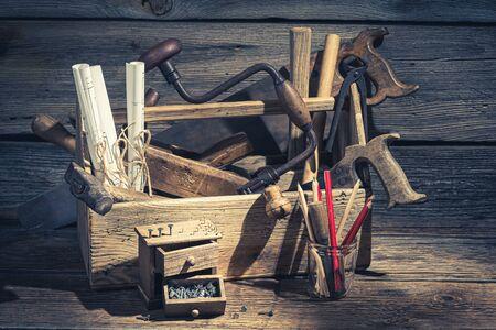 Primo piano degli strumenti di lavoro del carpentiere in un'officina Archivio Fotografico