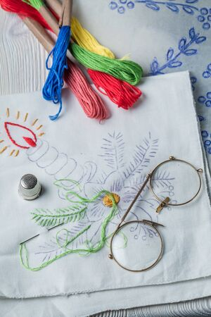 Embroidered napkins, paper model, color mulina  and glasses Stockfoto