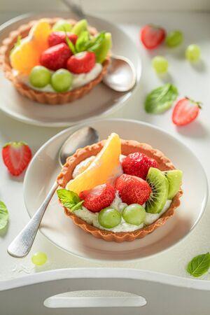 Freshly baked mini tart made of cream and fresh fruits Imagens