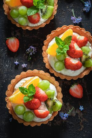 Delicious mini tart made of summer fruits and cream Imagens