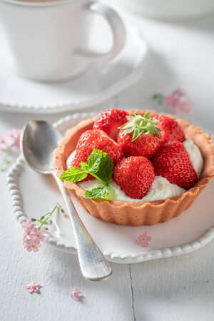 Sweet mini tart with strawberries and cream