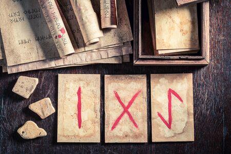 Adivino vintage de tarjetas de runas basadas en pergaminos antiguos