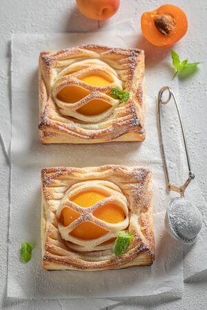 Homemade puff pastry made of fresh peaches and sugar Standard-Bild