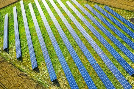 Aerial view of blue solar panels on green field, Poland 版權商用圖片 - 159632677