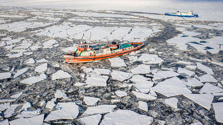 Floe and icebreakers on the Vistula, near Plock, 2020-02-18, Poland, aerial view 新聞圖片