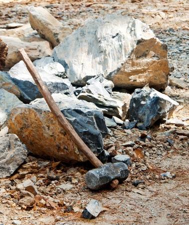 石をハンマーします。 写真素材