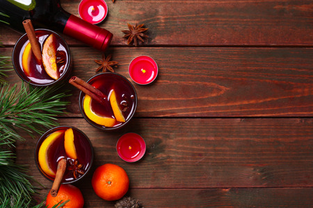 frutas: Christmas mulled wine in glasses with orange on wooden table, close up Foto de archivo
