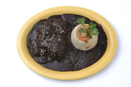 Plat savoureux de mole de poulet isol�e sur fond blanc Banque d'images