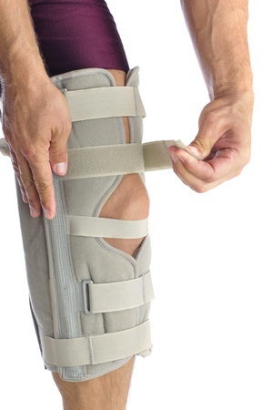 Athl�te masculin enroule ses jambes avec le ferme soutien