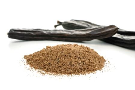 Ground johannesbroodbomen en peulen op wit Stockfoto