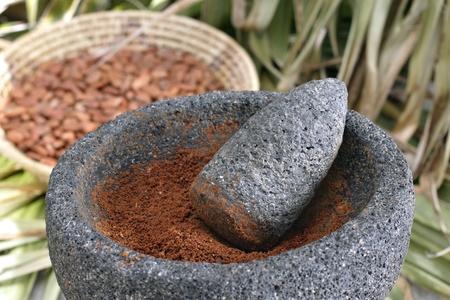 Ground cacao in vijzel en stamper met inheemse achtergrond instellen Stockfoto