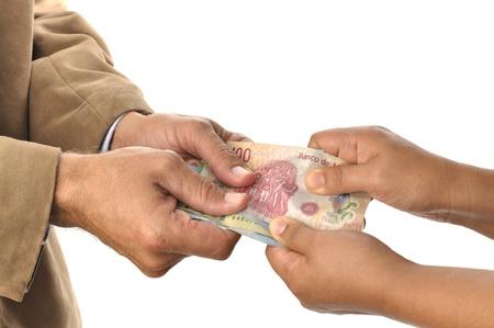 recoger: hombre y una mujer tirando el dinero entre sí en el fondo blanco Foto de archivo