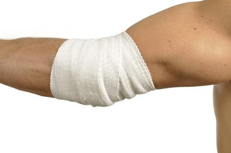 Man elleboogblessure omwikkeld met verband op wit Stockfoto