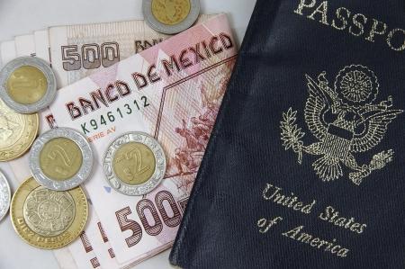 show bill: Primer plano de pesos mexicanos y pasaporte de los EE.UU. Foto de archivo