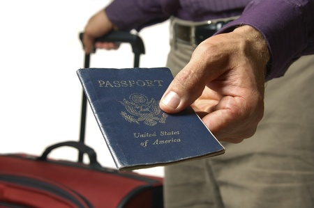 Traveler overhandigt Amerikaans paspoort Stockfoto