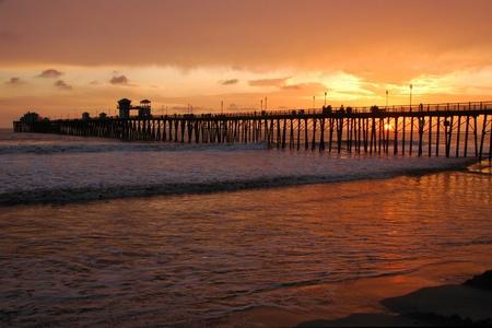 Oranje zonsondergang bij Oceanside Pier in Californië