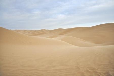 desierto: Un sinf�n de dunas de arena en el desierto esc�nico Foto de archivo