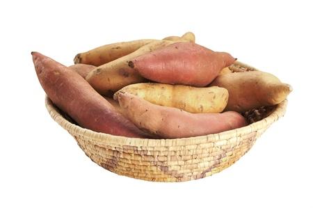 camote: Cesta de ñames y batatas enteras aisladas en blanco