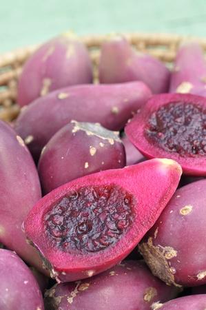Close-up van gesneden helften van de cactus peren in de mand Stockfoto - 12577870