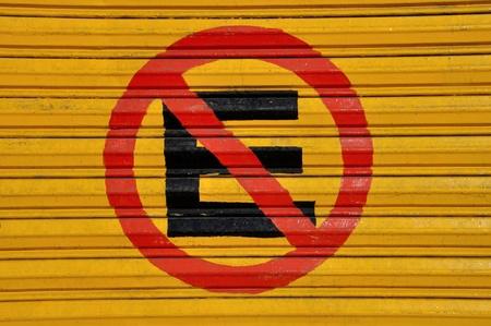 no parking: Aucun signe de stationnement en espagnol peinte sur la porte