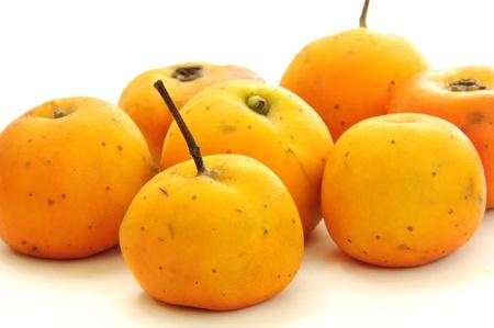 Hele Mexicaanse meidoorn fruit op wit