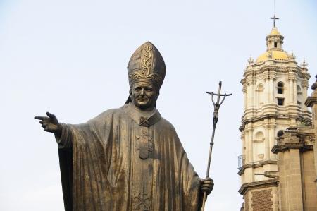 Estatua del Papa Juan Pablo II en frente de la antigua Bas�lica de Nuestra Se�ora de Guadalupe Foto de archivo - 16308921